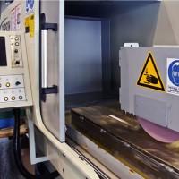 Stroj za brušenje podložnih plošč
